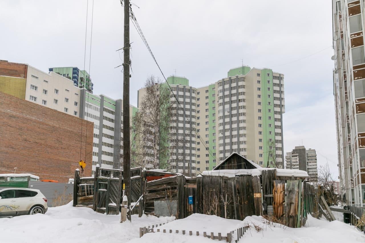 Жизнь людей из частных домов как на ладони у жильцов верхних этажей соседних многоэтажек