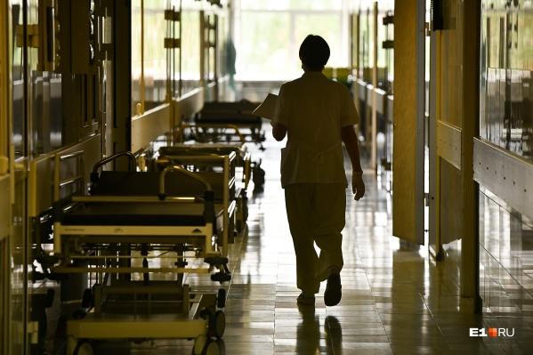 """По словам медиков, всего в неврологическом отделении до весны работали <nobr class=""""_"""">13 человек</nobr>, начиная с марта уволились 7, а это больше половины"""