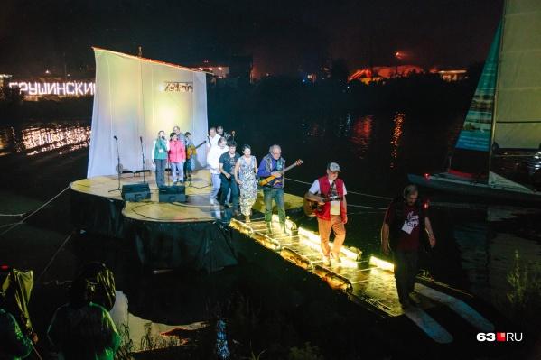 Участники смогут исполнить свои композиции на сцене-гитаре