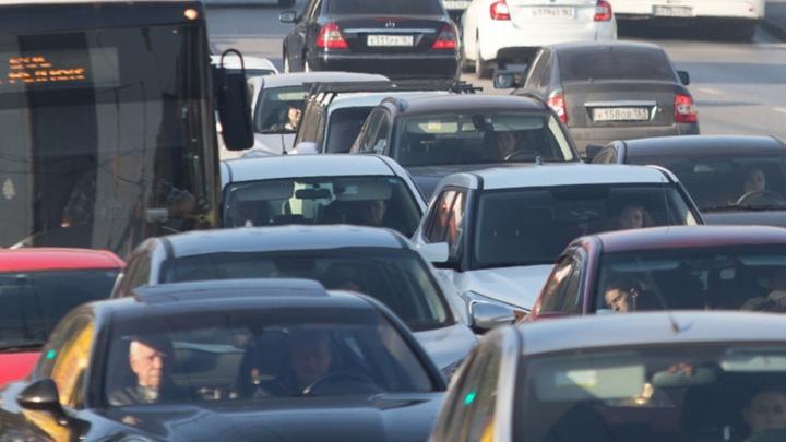 На трассе М-4 «Дон» рядом с Ростовом возникла пробка в восемь километров