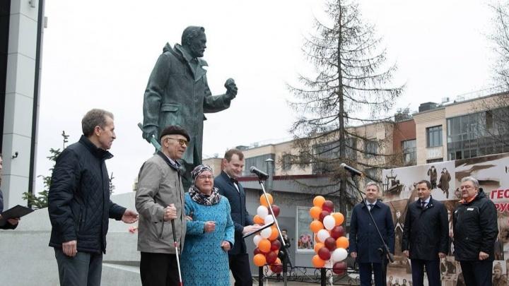 В Архангельске открыли памятник Геологам Русского Севера