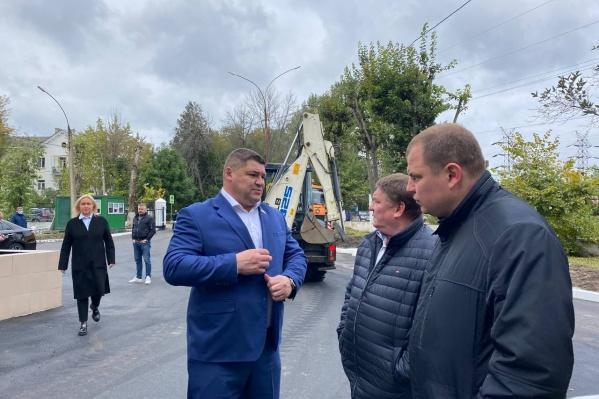 Депутат Государственной Думы Андрей Коваленко (слева) лично проверил, как выполнили работу