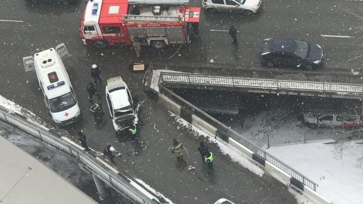 В центре Челябинска «Гранта» после ДТП влетела вбетонноеограждение