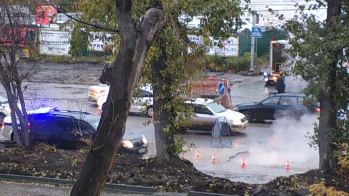 В Новосибирске провалился асфальт на проезжей части — из ямы идет пар