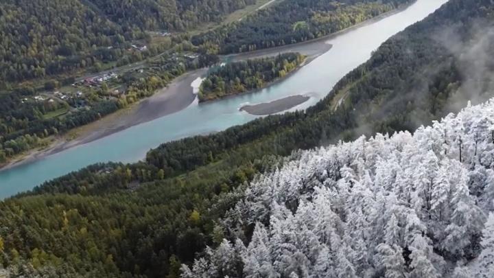 Сибиряк снял смену сезонов на Алтае — посмотрите, как золотую листву покрывает белый снег