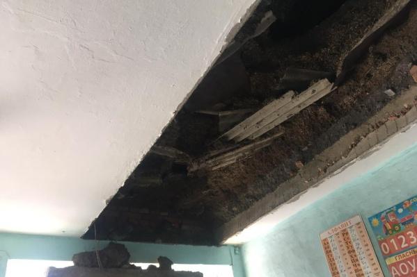 Потолок в школе деревни Самарское обрушился в пятницу вечером