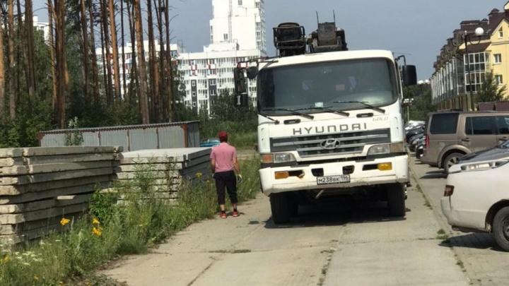 В жилом комплексе на окраине Екатеринбурга женщина получила удар в живот, защищая тротуарную плитку
