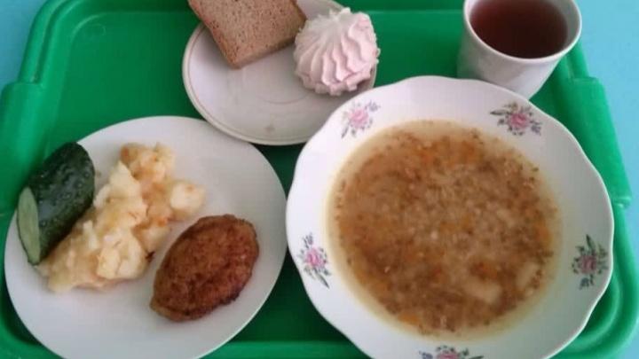 Власти обязали директоров школ Красноярска проверять питание, но после огласки передумали