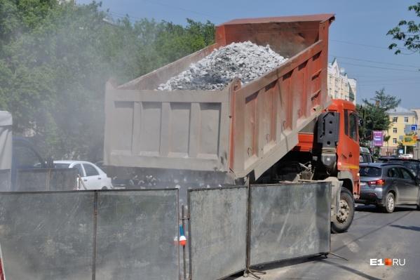 Рабочие будут менять дорожное покрытие