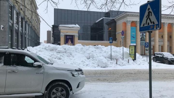 Последствия уборки: в Новосибирске завалили снегом пешеходный переход у кинотеатра «Победа»