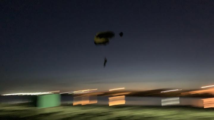 На Верх-Исетском пруду два парашютиста спрыгнули с опоры ЛЭП