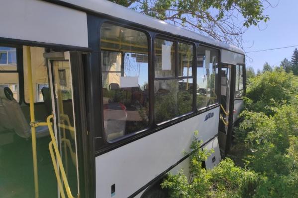 Автобус после аварии. Пассажиры не пострадали, но погибли шесть пешеходов