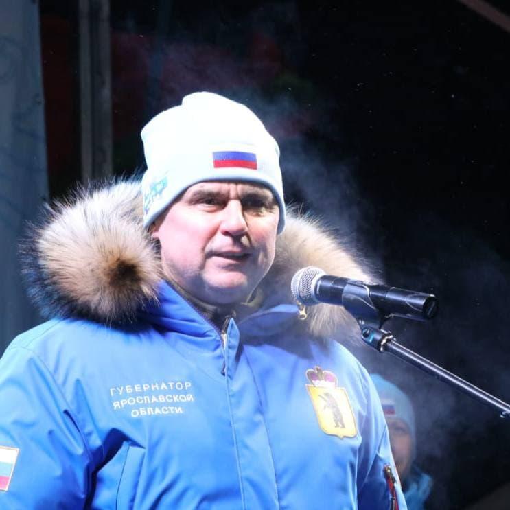 Губернатор и другие чиновники правительства выделялись в брендированных куртках