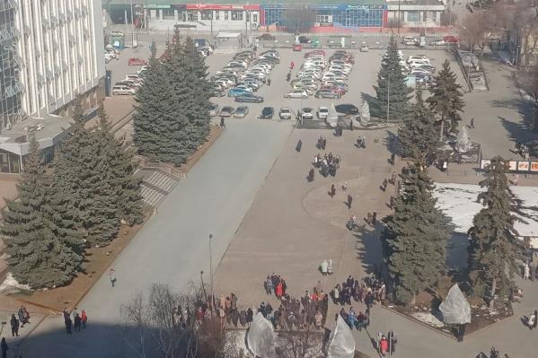 Работников администрации города вывели на улицу