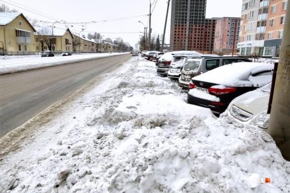 На Бакинских Комиссаров снежными отвалами заблокировали выезд с парковки для автомобилей