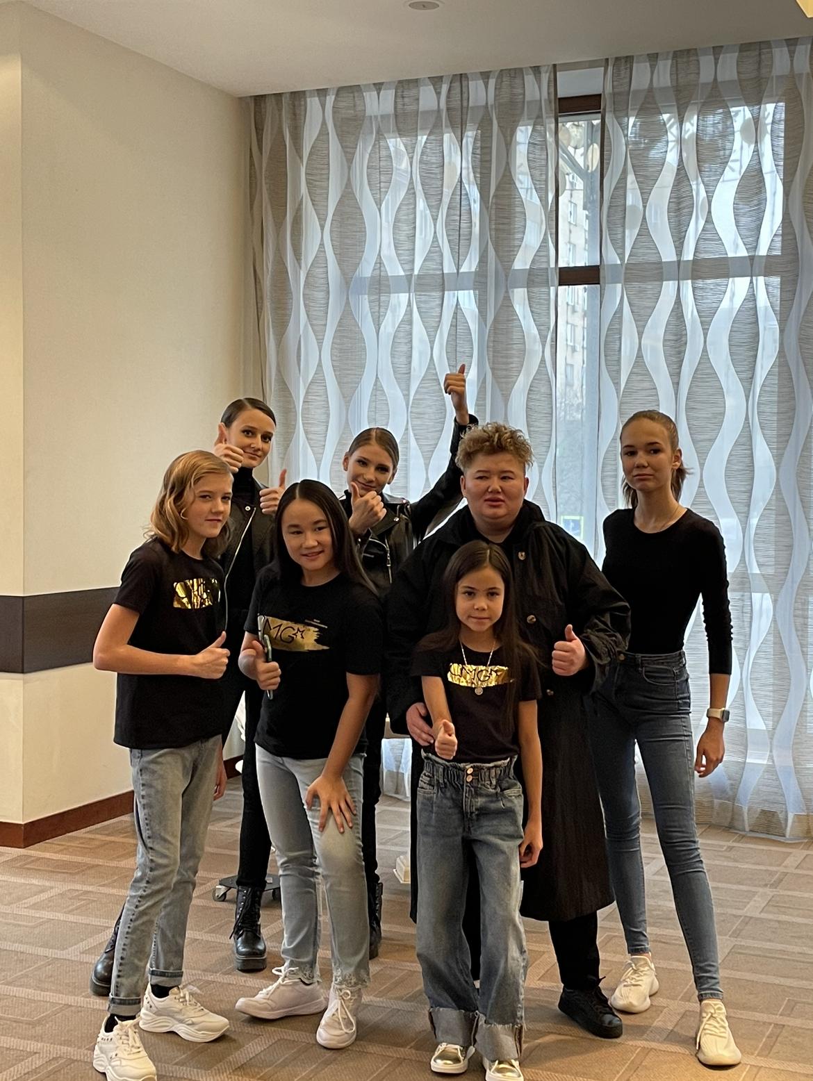 Юные актрисы сфотографировались на память сЗариной Игибаевой, исполнившей до этого роль в «Пацанках»