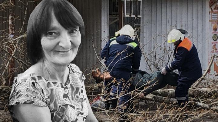 «Вторая женщина оказалась между ветками. А маме не повезло»: Рухнувшее дерево убило женщину в Волгограде
