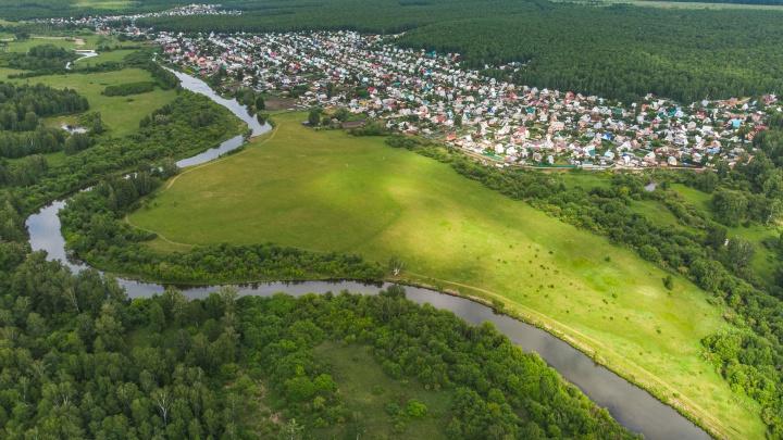 «Это глупость и большое преступление»: через сады под Челябинском хотят построить трассу к коттеджам у реки