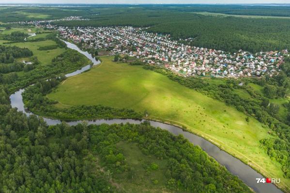 Живописный участок земли возле Малышево превратят в элитный поселок, а чтобы было удобнее добираться к нему, пустят трассу по садам