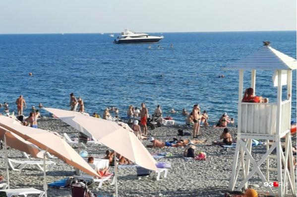 Несмотря на все коронавирусные ограничения, на курортах Краснодарского края полно народу