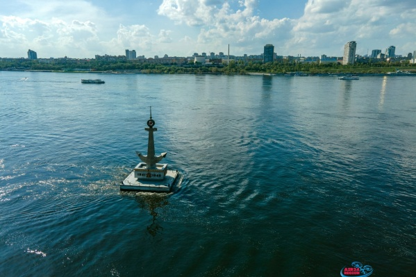 Памятник ежегодно спускают на воду в преддверии Дня Победы