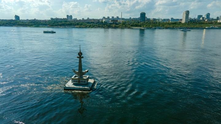 Его приветствуют гудками: смотрим с высоты на плавучий символ Волгограда — памятник погибшим морякам