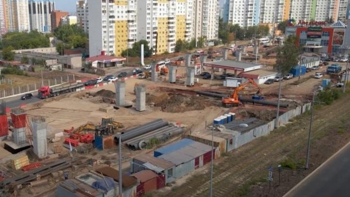 И снова здравствуйте: строители развязки на Ново-Садовой прорубили водопровод