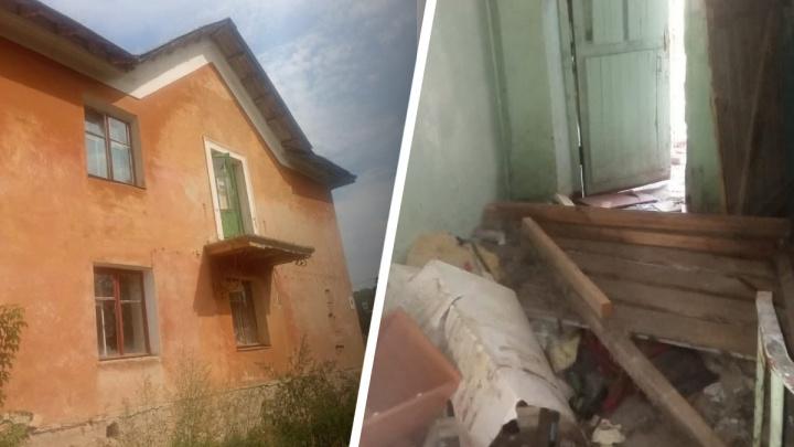«В доме вырваны батареи»: екатеринбурженка 35 лет ждала очереди на жилье, но ее отправляют в барак