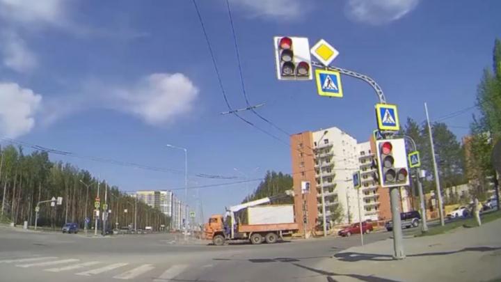 В Академическом грузовик снес светофор. Видео