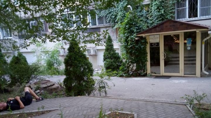 «У него солнечный удар, а все ехали как на труп»: в центре Волгограда нашли мужчину без сознания