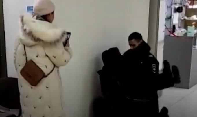 В ТЦ «Квант» жестко задержали красноярца из-за отсутствия маски: видео