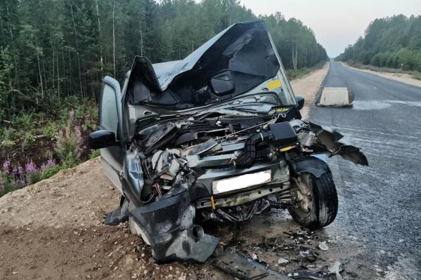 Машина сильно повреждена после столкновения с экскаватором