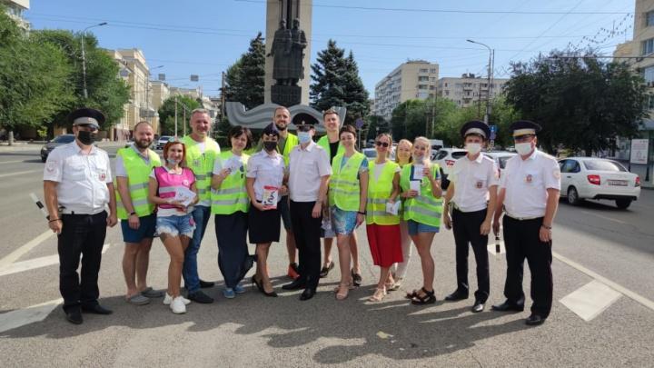 Чтобы дети были заметнее: в Волгограде волонтеры раздали пешеходам и водителям светящиеся в темноте значки