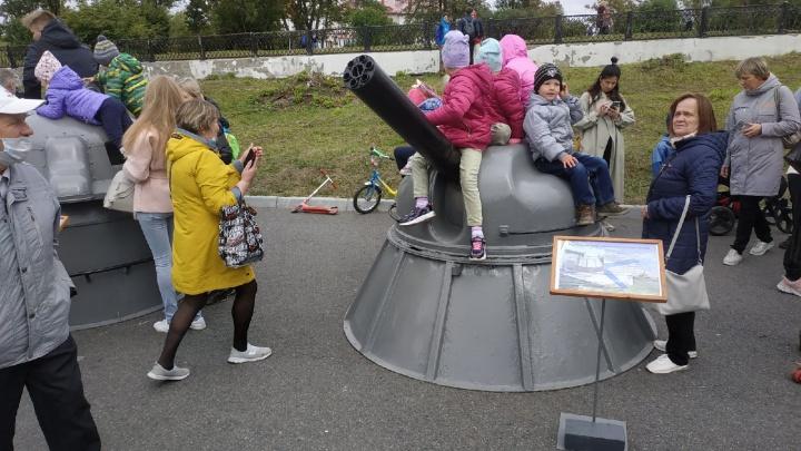 Верхом на реальной мине: в Архангельске выставка военной техники стала детской площадкой