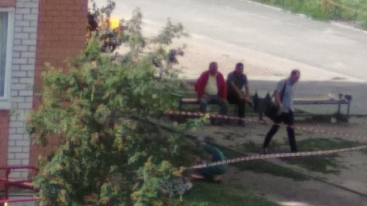 «Отец рыдал, мать упала в обморок». В Екатеринбурге ребенок выпал из окна и погиб