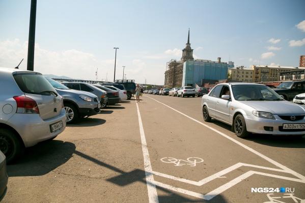 Долгое время здесь все парковались бесплатно. Особенно это место полюбилось кальянщикам
