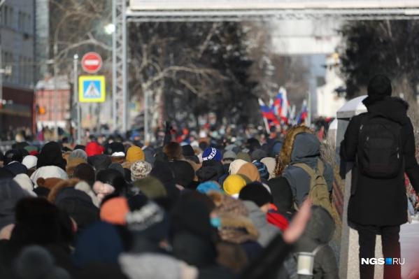 Участники прошли от Дома офицеров до площади Свердлова, а затем вернулись в Первомайский сквер