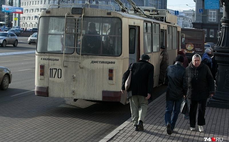 В «ЧелябГЭТ» начали проверку после случая в троллейбусе, где пенсионерке зажало голову дверями