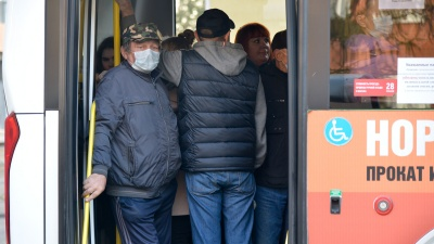 Растет заболеваемость и вводят QR-коды, а автобусы переполнены: будут ли это решать в Архангельске