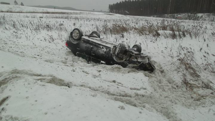 На Московском тракте Renault с пожилой парой слетел с дороги и перевернулся