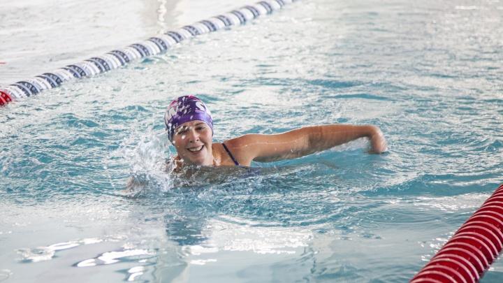 «Можно жить интересно, несмотря на диагноз»: женщины, победившие рак, посостязались в плавании