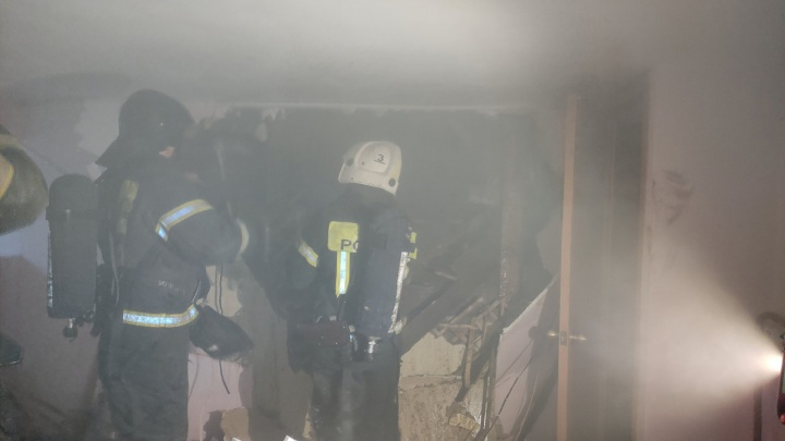 В Челябинске эвакуировали многоквартирный дом из-за пожара в магазине