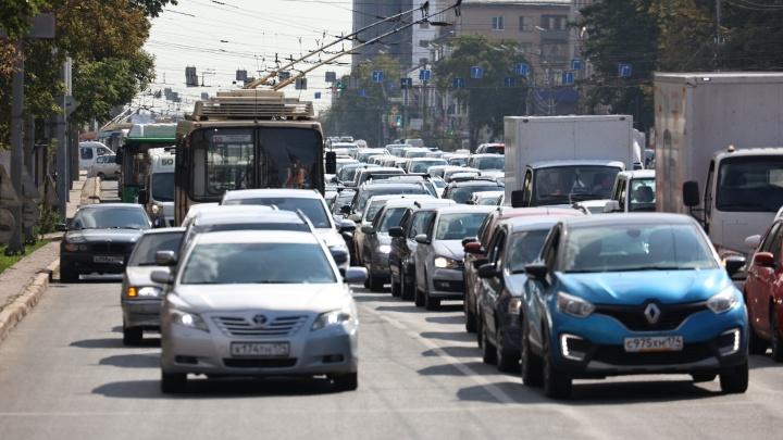 Из-за ремонта трамвайного переезда в центре Челябинска образовалась километровая пробка