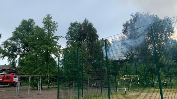Улицы в дыму: в Ярославле загорелся дом. Фото