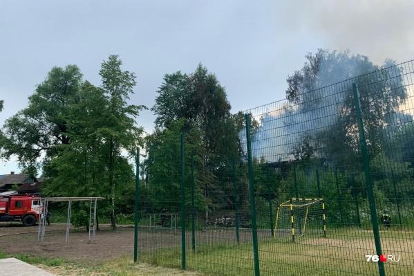 От горящего дома ближайшие улицы наполнились дымом