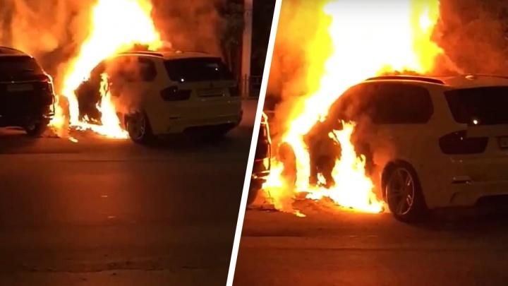 В Новосибирске около «Березовой рощи» загорелся BMW X5 — пожар попал на видео