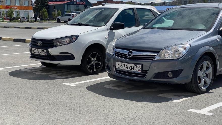 В Тюмени водители необычно занимают парковочные места, подписывая их госномерами. Это законно?