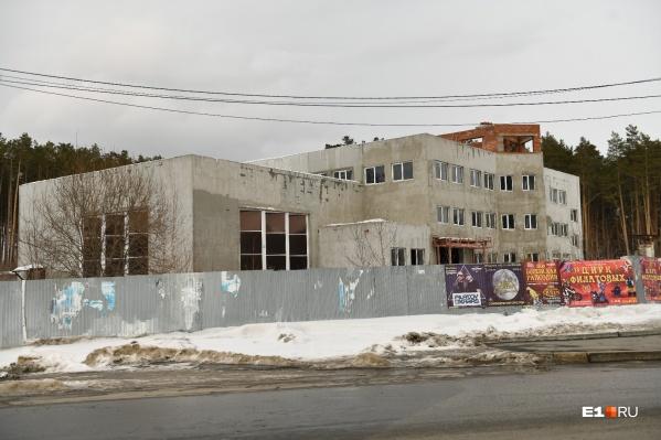 """В таком виде недостроенное здание на стыке улиц Репина и Московский тракт стоит уже <nobr class=""""_"""">6 лет</nobr>&nbsp;"""