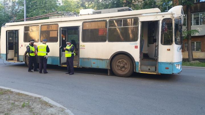 На Уралмаше бабушка с 4-летним внуком пострадали в резко затормозившем троллейбусе