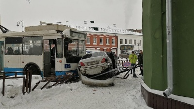 Бабушки попадали от удара: в Рыбинске троллейбус врезался в легковушку. Видео